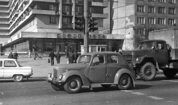 """Угол Белы Куна и Бухарестской, магазин """"Союзпечать"""""""